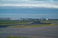 Laufbahnen und Hangars an einem Flughafen Stockbild