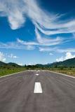 Laufbahnstreifen mit erstaunlichem Himmel Stockfotografie