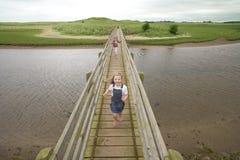 Laufen über Brücke Lizenzfreie Stockfotografie