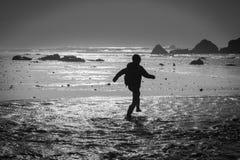 Laufen über Wasserströme Lizenzfreie Stockbilder
