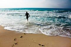 Laufen auf das Ufer Lizenzfreie Stockfotos
