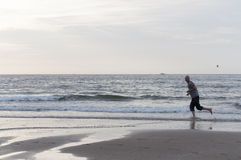 Laufen auf dem Strand Stockfoto