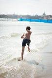 Laufen auf dem waves4 Lizenzfreies Stockbild