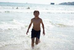 Laufen auf dem waves6 Lizenzfreie Stockbilder