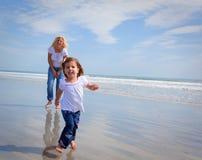 Laufen auf einen Strand Stockfoto