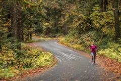 Laufen auf einer curvy Straße im Herbst Lizenzfreies Stockfoto
