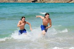 Laufen aus Ozean heraus lizenzfreie stockfotos