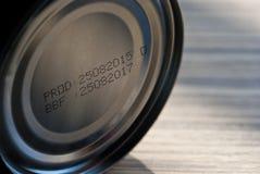 Laufen Datum an der Unterseite von Konserven ab stockfoto