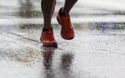Laufen in den Regen lizenzfreie stockfotos