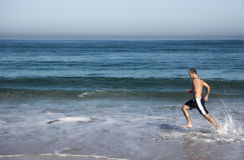 Laufen in den Strand Stockfoto