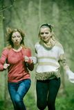 Laufen der jungen Frauen stockbild