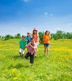 Laufen der kleinen Jungen und der Mädchen Stockbilder