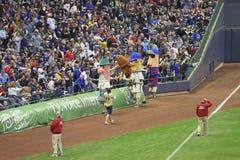 Laufen der Würste am Miller-Park, Milwaukee Brewers Stockbilder