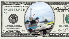 Laufen des Drohne, das im Rahmen von 100 Dollar sich entfernt stock video footage