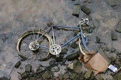 Laufen des Fahrrades im Fluss Stockfotos