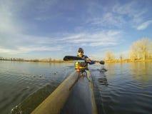 Laufen des Kajaks gegen Sonnenuntergang Lizenzfreie Stockfotografie