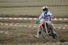 Laufen des Motocrossfahrers Lizenzfreie Stockbilder