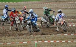 Laufen des Motocrosstreibers Lizenzfreie Stockbilder