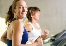 Laufen in die Gymnastik Lizenzfreies Stockfoto