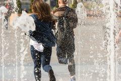 Laufen durch den Brunnen von jungen Liebhabern Lizenzfreie Stockfotografie