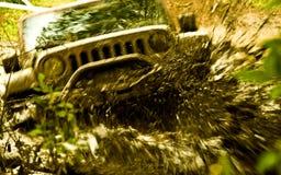 Laufen durch Schlamm lizenzfreies stockfoto