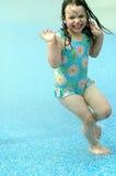Laufen durch Wasser Stockfotos