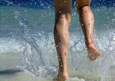 Laufen durch Wellen Stockbilder
