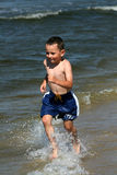 Laufen durch Wellen Lizenzfreies Stockbild