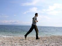 Laufen entlang das Ufer Lizenzfreie Stockbilder