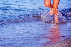Laufen entlang den Strand Stockbilder