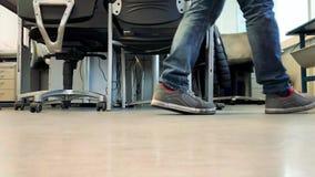 Laufen Füße Schuhe in das Büro stock footage