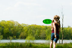 Laufen am Frisbee Lizenzfreies Stockfoto