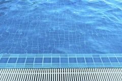 Laufen Gitter des schwimmenden Wasserpools über lizenzfreie stockfotos
