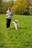 Laufen mit dem Hund Lizenzfreie Stockbilder