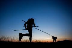 Laufen mit einem Hund Stockfoto