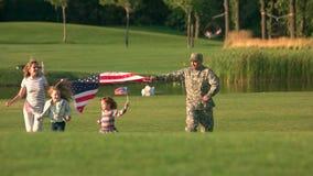 Laufen mit großem USA-Hintergrund im Park stock video