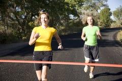Laufen mit zwei Frauen stockfotos
