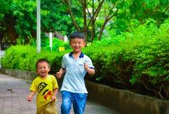 Laufen mit zwei Jungen Stockfoto