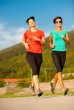 Laufen mit zwei jungen Frauen im Freien Lizenzfreie Stockfotos