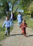 Laufen mit zwei kleinen Jungen Lizenzfreie Stockbilder