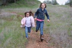 Laufen mit zwei Mädchen Stockbilder
