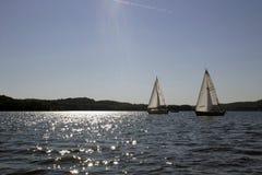 Laufen mit zwei Segelbooten Stockbilder