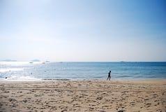 Laufen am Rand von Meer Stockbild