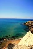 Laufen Sie Felsen, Strand u. blaues Türkismeer, Sizilien leer Lizenzfreie Stockfotos