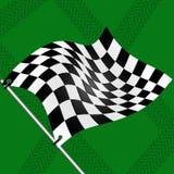 Laufen Sie Markierungsfahne auf grünem Hintergrund mit Spuren der Gummireifen Lizenzfreie Stockfotos