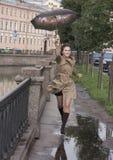 Laufen Sie mit Regenschirm Stockfotos