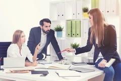Laufen Sie Teammitglieder im Büro an Stockbilder