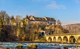 Laufen slott och järnvägviaduc på Rhine Falls Arkivfoton