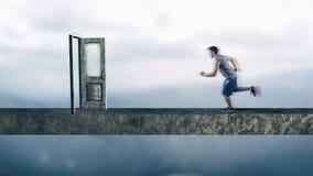 Laufen zur Tür Lizenzfreies Stockfoto