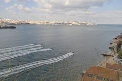 Laufende Boote in Tejo-Fluss stockfotos